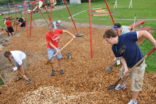 Volunteer etsu students mulching